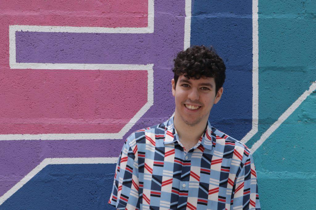 Javier Silvestre, copywriter y traductor, sobre fondo de color