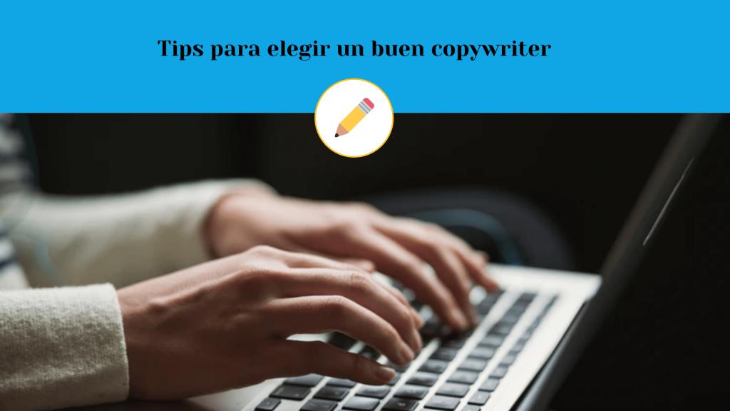 Manos de persona buscando copywriter freelance para elegir bien